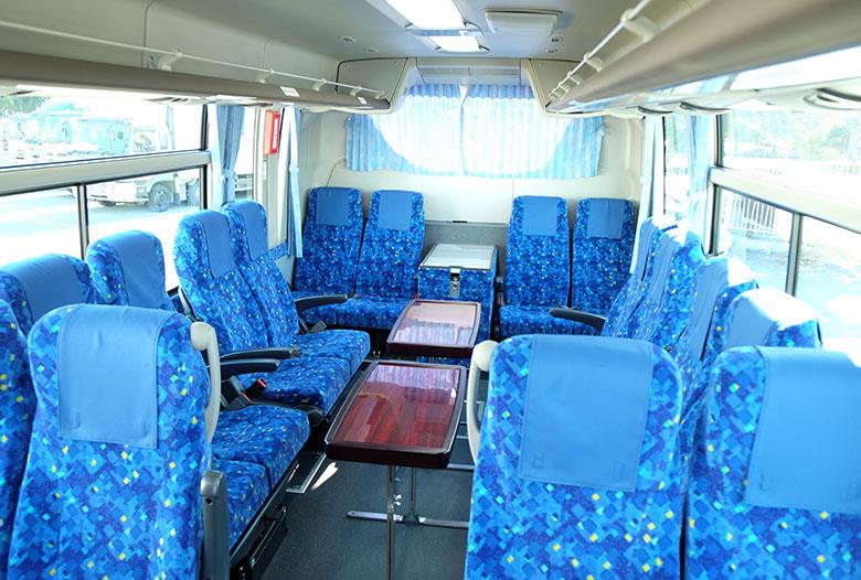 中型バスのサロン席