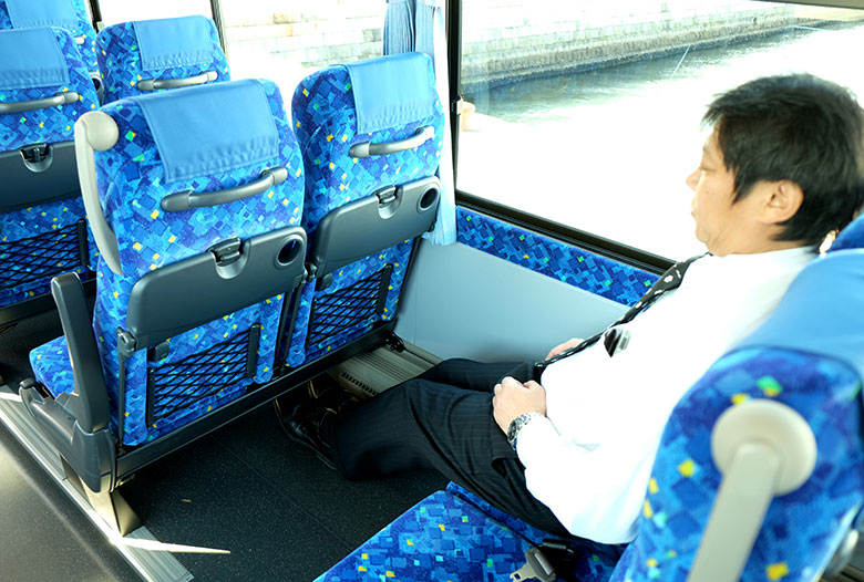 中型バスの車内