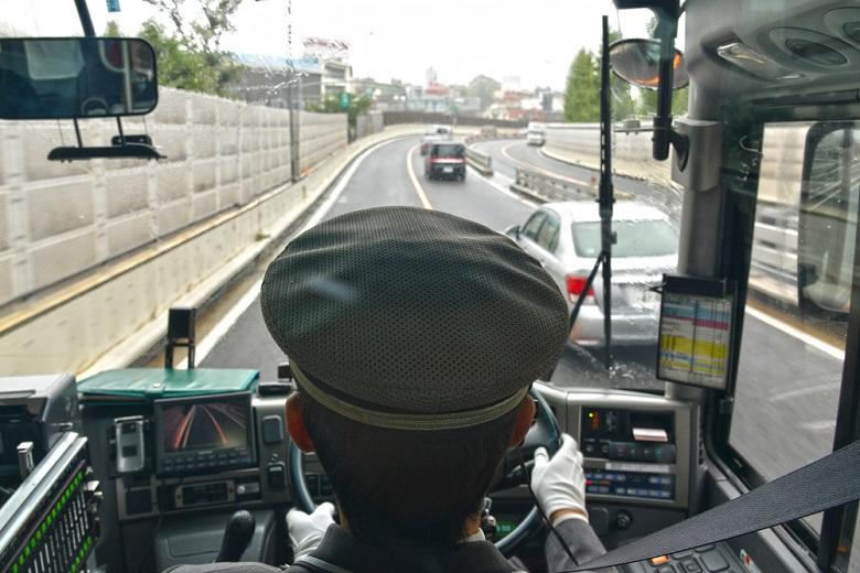 マイクロバスは運転手付きで借りよう